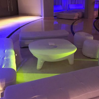 Mesa-tortuga. mobiliario retroiluminado de alquiler